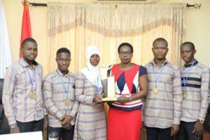 les lauréats présentent le trophée à l'administration