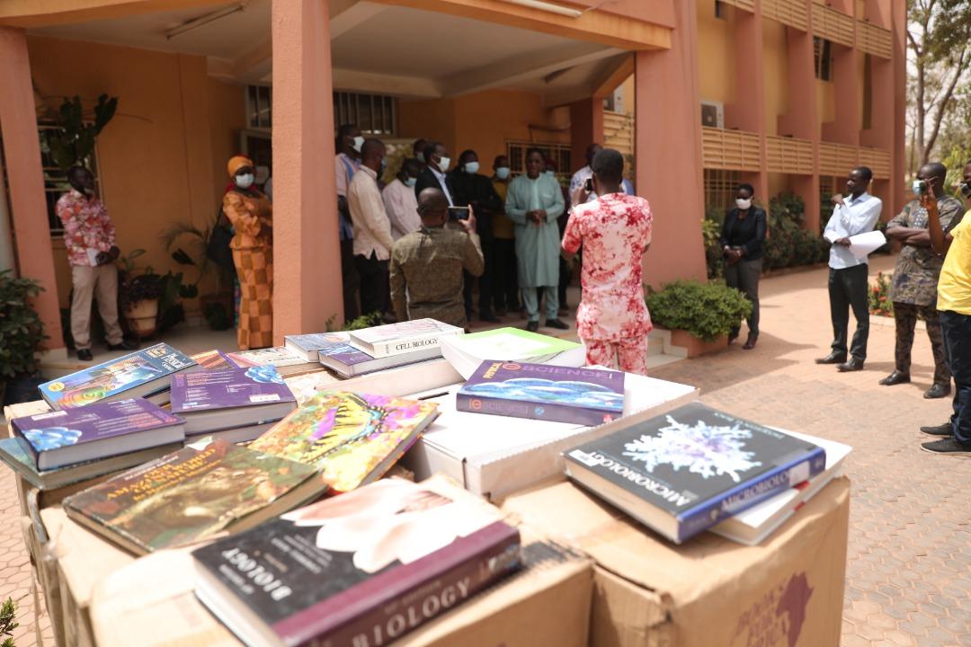 Don de livres de Amnesty International à l'Université Joseph KI-ZERBO