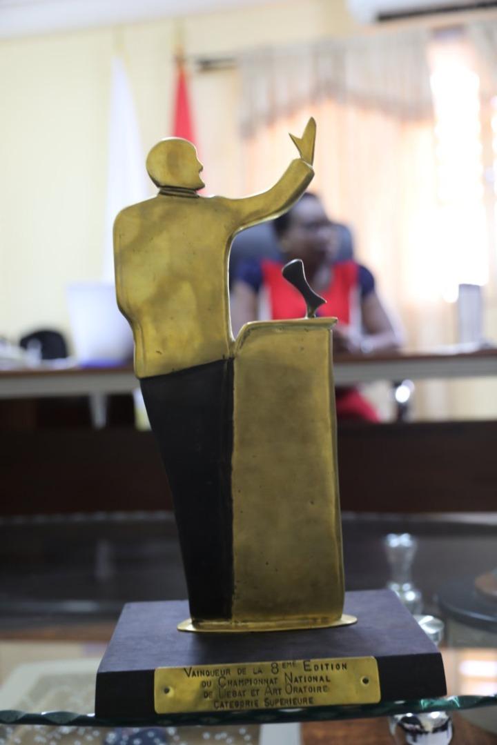 Championnat National de Débat et d'Art Oratoire : les lauréats présentent le trophée à l'administration